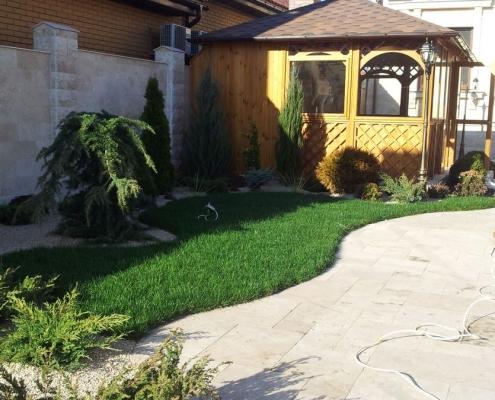 Рулонный газон уложен